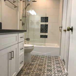Mittelgroßes Klassisches Badezimmer En Suite mit Schrankfronten mit vertiefter Füllung, weißen Schränken, Einbaubadewanne, Duschbadewanne, Toilette mit Aufsatzspülkasten, weißen Fliesen, Porzellanfliesen, weißer Wandfarbe, Keramikboden, Unterbauwaschbecken, Quarzit-Waschtisch, Falttür-Duschabtrennung, buntem Boden, schwarzer Waschtischplatte, Nische, Einzelwaschbecken und eingebautem Waschtisch in Los Angeles