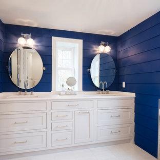 Ejemplo de cuarto de baño principal, tradicional renovado, de tamaño medio, con armarios estilo shaker, puertas de armario blancas, ducha doble, paredes azules, suelo de mármol, encimera de mármol, suelo blanco y ducha con puerta con bisagras