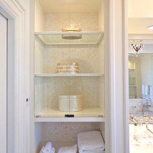 Großes Klassisches Badezimmer En Suite mit Schrankfronten im Shaker-Stil, weißen Schränken, Badewanne in Nische, Eckdusche, Wandtoilette mit Spülkasten, weißer Wandfarbe, Linoleum, Unterbauwaschbecken und Marmor-Waschbecken/Waschtisch in Los Angeles