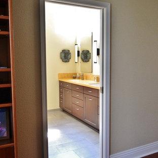 Exempel på ett stort klassiskt orange oranget badrum med dusch, med luckor med infälld panel, skåp i mörkt trä, en dubbeldusch, en bidé, flerfärgad kakel, klinkergolv i porslin, ett undermonterad handfat, bänkskiva i akrylsten, grått golv och dusch med gångjärnsdörr