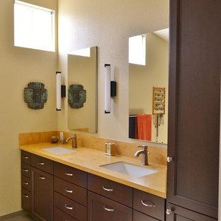 Inredning av ett klassiskt stort orange oranget badrum med dusch, med luckor med infälld panel, skåp i mörkt trä, en dubbeldusch, en bidé, flerfärgad kakel, klinkergolv i porslin, ett undermonterad handfat, bänkskiva i akrylsten, grått golv och dusch med gångjärnsdörr