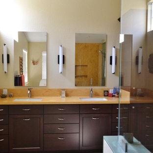 Idéer för att renovera ett stort vintage orange oranget badrum med dusch, med luckor med infälld panel, skåp i mörkt trä, en dubbeldusch, en bidé, flerfärgad kakel, klinkergolv i porslin, ett undermonterad handfat, bänkskiva i akrylsten, grått golv och dusch med gångjärnsdörr