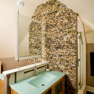 Foto på ett funkis badrum, med ett integrerad handfat och kakel i småsten