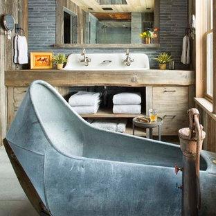 Diseño de cuarto de baño principal, rural, grande, con armarios abiertos, puertas de armario de madera oscura, bañera exenta, baldosas y/o azulejos grises, baldosas y/o azulejos de piedra, paredes marrones y encimera de madera