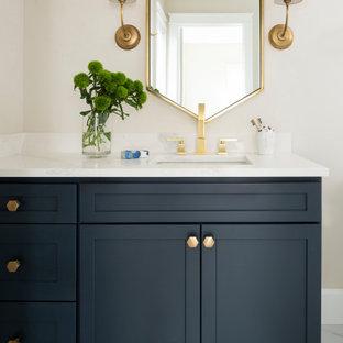 Inredning av ett modernt mellanstort vit vitt badrum, med skåp i shakerstil, blå skåp och bänkskiva i kvartsit