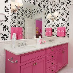 アトランタの中サイズのトランジショナルスタイルのおしゃれな子供用バスルーム (アンダーカウンター洗面器、インセット扉のキャビネット、白いタイル、サブウェイタイル、マルチカラーの壁、モザイクタイル、大理石の洗面台、白い床、白い洗面カウンター) の写真