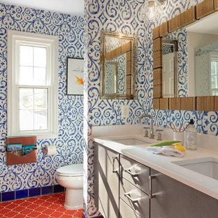 Идея дизайна: детская ванная комната среднего размера в морском стиле с плоскими фасадами, темными деревянными фасадами, ванной в нише, душем в нише, раздельным унитазом, белой плиткой, керамогранитной плиткой, синими стенами, полом из керамической плитки, врезной раковиной, столешницей из искусственного кварца, оранжевым полом, душем с раздвижными дверями и белой столешницей