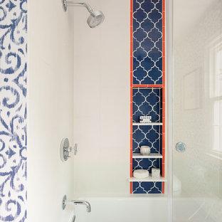 Aménagement d'une douche en alcôve exotique de taille moyenne pour enfant avec un placard à porte plane, des portes de placard en bois sombre, une baignoire en alcôve, un WC séparé, un carrelage blanc, des carreaux de porcelaine, un mur bleu, un sol en carrelage de céramique, un lavabo encastré, un plan de toilette en quartz modifié, un sol orange, une cabine de douche à porte coulissante et un plan de toilette blanc.