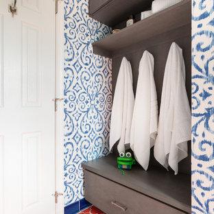 Новый формат декора квартиры: детская ванная комната среднего размера в морском стиле с плоскими фасадами, темными деревянными фасадами, ванной в нише, душем в нише, раздельным унитазом, белой плиткой, керамогранитной плиткой, синими стенами, полом из керамической плитки, врезной раковиной, столешницей из искусственного кварца, оранжевым полом, душем с раздвижными дверями и белой столешницей