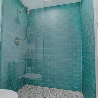 Esempio di una stanza da bagno stile marino di medie dimensioni con ante bianche, piastrelle blu, piastrelle di vetro, pavimento con piastrelle in ceramica, lavabo sospeso, pavimento marrone e doccia aperta
