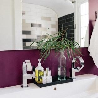 Foto di una stanza da bagno padronale minimal con ante lisce, ante bianche, vasca ad alcova, piastrelle multicolore, piastrelle in ceramica, pareti viola e lavabo rettangolare