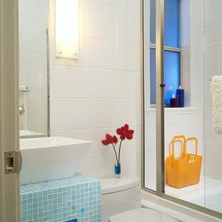 Idee per una piccola stanza da bagno con doccia contemporanea con nessun'anta, ante blu, vasca ad alcova, vasca/doccia, WC monopezzo, piastrelle bianche, piastrelle in ceramica, pareti bianche, lavabo a bacinella, top piastrellato, porta doccia scorrevole e top blu