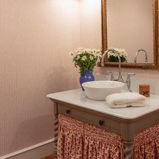 Idee per una piccola stanza da bagno country con ante grigie, pareti arancioni, parquet chiaro, lavabo a bacinella, top in marmo, pavimento marrone e top bianco