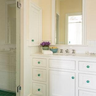 Immagine di una piccola stanza da bagno con doccia country con ante in stile shaker, ante bianche, pareti gialle, pavimento con piastrelle in ceramica, lavabo sottopiano, top in quarzo composito, pavimento verde e top bianco