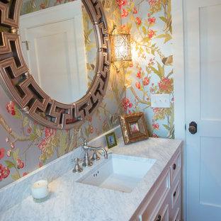 Idéer för mellanstora vintage badrum med dusch, med marmorbänkskiva, luckor med profilerade fronter, gula skåp, en toalettstol med separat cisternkåpa, flerfärgade väggar, mörkt trägolv, ett undermonterad handfat och brunt golv