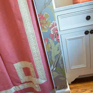 Ispirazione per una stanza da bagno con doccia classica di medie dimensioni con ante a filo, ante gialle, WC a due pezzi, pareti multicolore, parquet scuro, lavabo sottopiano, top in marmo e pavimento marrone