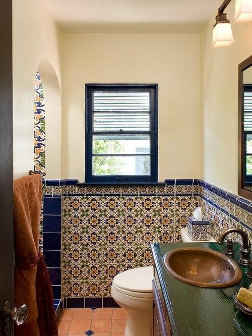 Salle de bain avec un plan de toilette en bois et un sol for Salle de bain avec wc separe