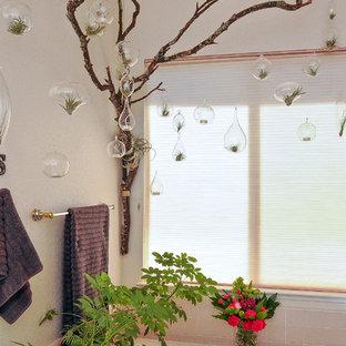 Idee per una stanza da bagno padronale minimal di medie dimensioni con lavabo da incasso, vasca da incasso, doccia ad angolo, pareti beige, pavimento con piastrelle in ceramica, top piastrellato, piastrelle rosa e piastrelle in ceramica