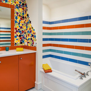 Diseño de cuarto de baño infantil, ecléctico, con armarios con paneles lisos, puertas de armario naranjas, sanitario de una pieza, baldosas y/o azulejos multicolor, baldosas y/o azulejos azules, baldosas y/o azulejos naranja, baldosas y/o azulejos blancos, baldosas y/o azulejos de cerámica, lavabo bajoencimera y bañera encastrada