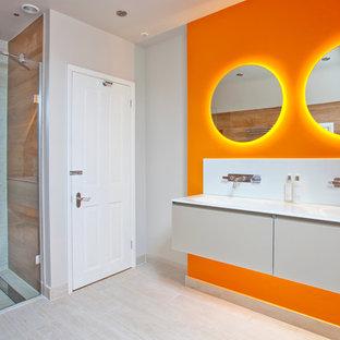 Modelo de cuarto de baño actual, grande, con ducha abierta, sanitario de pared, baldosas y/o azulejos beige, baldosas y/o azulejos de porcelana, parades naranjas y suelo de baldosas de porcelana