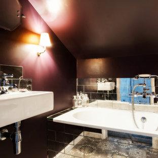 Kleines Landhaus Badezimmer En Suite mit Einbaubadewanne, Wandtoilette mit Spülkasten, beigefarbenen Fliesen, Glasfliesen, lila Wandfarbe, Porzellan-Bodenfliesen, Wandwaschbecken und buntem Boden in London