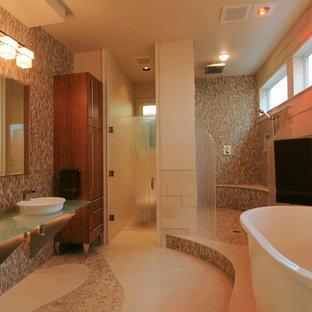 Esempio di una stanza da bagno padronale moderna di medie dimensioni con ante lisce, ante in legno scuro, vasca giapponese, doccia aperta, WC monopezzo, piastrelle multicolore, piastrelle in pietra, pareti beige, pavimento in marmo, lavabo a bacinella e top in vetro