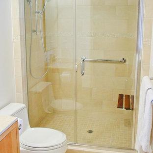 Foto de cuarto de baño asiático con armarios con paneles lisos, puertas de armario de madera oscura, encimera de cuarcita, sanitario de una pieza, baldosas y/o azulejos beige, baldosas y/o azulejos de porcelana y lavabo bajoencimera