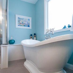 Immagine di una grande stanza da bagno padronale chic con ante bianche, vasca freestanding, doccia ad angolo, WC a due pezzi, pareti blu, pavimento con piastrelle a mosaico, lavabo integrato, top in onice, pavimento marrone e porta doccia a battente