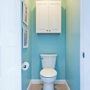 Esempio di una grande stanza da bagno padronale stile marinaro con ante bianche, vasca freestanding, doccia ad angolo, WC a due pezzi, pareti blu, pavimento con piastrelle a mosaico, lavabo integrato, top in onice, pavimento marrone e porta doccia a battente