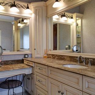 Idéer för mellanstora vintage badrum, med ett undermonterad handfat, möbel-liknande, granitbänkskiva, ett platsbyggt badkar, en dusch i en alkov, en toalettstol med hel cisternkåpa, beige kakel, porslinskakel, grå väggar, klinkergolv i porslin och skåp i ljust trä