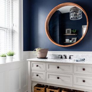 Imagen de cuarto de baño con ducha, panelado y boiserie, tradicional renovado, panelado y boiserie, con armarios con paneles empotrados, lavabo bajoencimera, panelado y boiserie