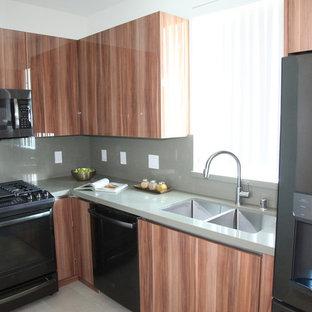 Exemple d'une salle de bain chic avec des portes de placard marrons, un carrelage blanc et un plan de toilette vert.