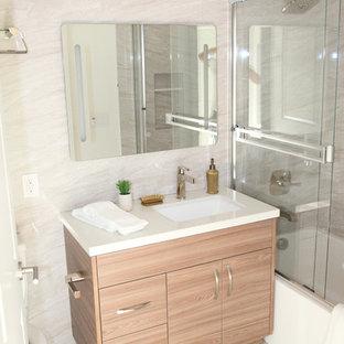 Foto di una stanza da bagno design con ante marroni e piastrelle rosa