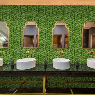 Ispirazione per un'ampia stanza da bagno padronale minimalista con piastrelle verdi, piastrelle a mosaico, pareti verdi, top nero, ante a filo, ante bianche, WC monopezzo, pavimento alla veneziana, lavabo da incasso, top in onice e pavimento marrone
