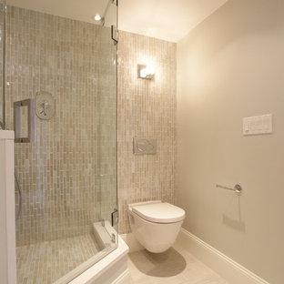 Modernes Badezimmer mit Wandtoilette in Boston