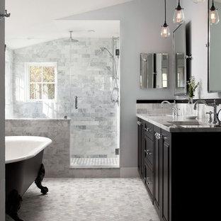 ワシントンD.C.のトラディショナルスタイルのマスターバスルームの画像 (レイズドパネル扉のキャビネット、黒いキャビネット、猫足浴槽、アルコーブ型シャワー、グレーのタイル、グレーの壁、モザイクタイル、アンダーカウンター洗面器、グレーの床、開き戸のシャワー)