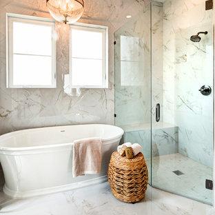 Inspiration för stora shabby chic-inspirerade flerfärgat en-suite badrum, med möbel-liknande, skåp i ljust trä, ett fristående badkar, en hörndusch, en toalettstol med hel cisternkåpa, flerfärgad kakel, marmorkakel, flerfärgade väggar, marmorgolv, ett undermonterad handfat, marmorbänkskiva, flerfärgat golv och dusch med gångjärnsdörr