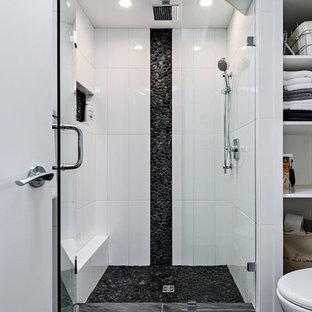 Foto di una piccola stanza da bagno con doccia minimal con nessun'anta, ante bianche, doccia alcova, WC a due pezzi, piastrelle bianche, piastrelle di ciottoli e pareti bianche