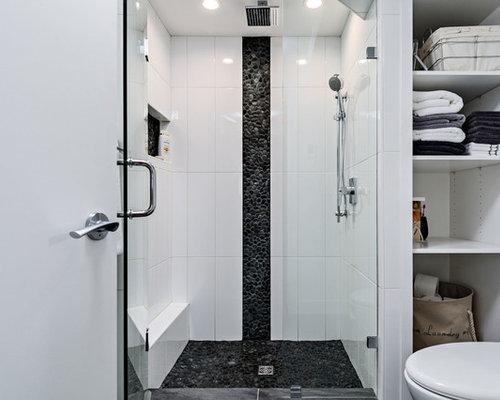 Stanza da bagno con ante bianche e piastrelle di ciottoli foto