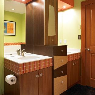 Foto de cuarto de baño minimalista con armarios con paneles lisos, puertas de armario de madera oscura y baldosas y/o azulejos naranja