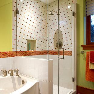 Idéer för att renovera ett funkis badrum, med en hörndusch, orange kakel, mosaik och gröna väggar