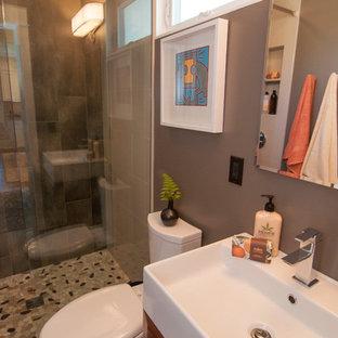 Ispirazione per una piccola stanza da bagno con doccia stile americano con doccia a filo pavimento, piastrelle di ciottoli, pareti marroni e lavabo rettangolare