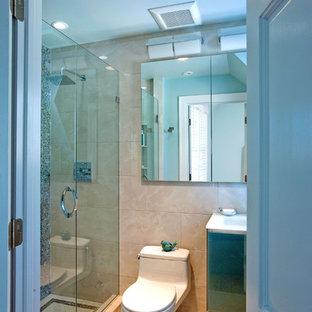 Imagen de cuarto de baño con ducha, actual, pequeño, con armarios con paneles lisos, puertas de armario azules, ducha abierta, sanitario de una pieza, baldosas y/o azulejos beige, baldosas y/o azulejos de porcelana, paredes azules, suelo de baldosas de porcelana, lavabo integrado y encimera de vidrio