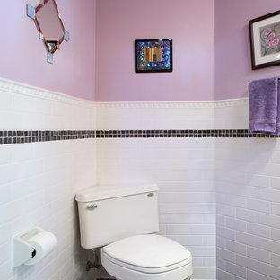Ispirazione per una piccola stanza da bagno eclettica con WC a due pezzi, piastrelle bianche, piastrelle di cemento, pareti viola e pavimento con piastrelle in ceramica