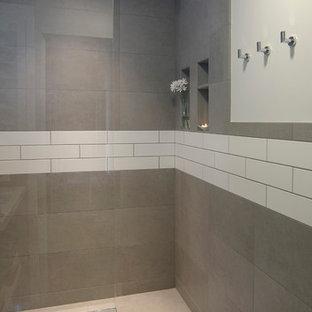 Foto de cuarto de baño con ducha, minimalista, pequeño, con armarios abiertos, puertas de armario blancas, ducha abierta, baldosas y/o azulejos de cerámica, paredes blancas, suelo de baldosas de cerámica, lavabo suspendido, suelo gris, ducha abierta, baldosas y/o azulejos grises y encimera de cuarzo compacto