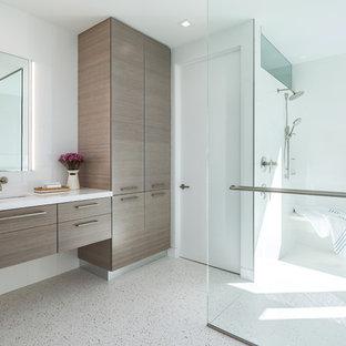 タンパの中サイズのコンテンポラリースタイルのおしゃれなマスターバスルーム (フラットパネル扉のキャビネット、濃色木目調キャビネット、ダブルシャワー、白いタイル、磁器タイル、白い壁、コンクリートの床、アンダーカウンター洗面器、珪岩の洗面台、白い床、オープンシャワー、白い洗面カウンター) の写真