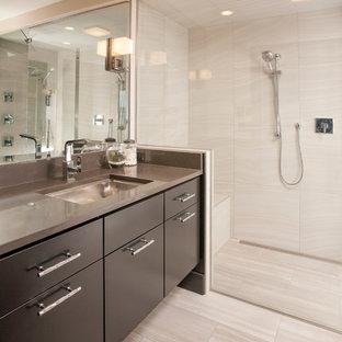Foto di una stanza da bagno padronale contemporanea di medie dimensioni con ante lisce, ante in legno bruno, doccia alcova, WC monopezzo, piastrelle beige, piastrelle bianche, piastrelle in gres porcellanato, pareti beige, pavimento in gres porcellanato, lavabo sottopiano e top in zinco