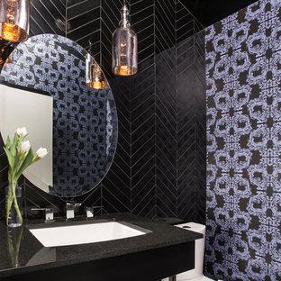 Diseño de cuarto de baño con ducha, contemporáneo, de tamaño medio, con baldosas y/o azulejos negros, paredes multicolor, lavabo bajoencimera, armarios abiertos, sanitario de una pieza, baldosas y/o azulejos de porcelana, encimera de laminado y encimeras negras