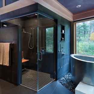 Großes Asiatisches Badezimmer En Suite mit japanischer Badewanne, bodengleicher Dusche, Toilette mit Aufsatzspülkasten, grauen Fliesen, Steinfliesen, grauer Wandfarbe, Lamellenschränken, hellen Holzschränken, Porzellan-Bodenfliesen, Unterbauwaschbecken, Granit-Waschbecken/Waschtisch, schwarzem Boden und offener Dusche in Cleveland