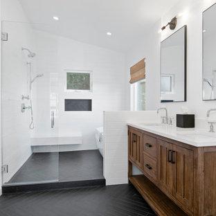 Inspiration för ett stort vintage vit vitt en-suite badrum, med möbel-liknande, bruna skåp, ett fristående badkar, våtrum, vit kakel, tunnelbanekakel, klinkergolv i porslin, bänkskiva i kvarts, svart golv, dusch med gångjärnsdörr, vita väggar och ett undermonterad handfat